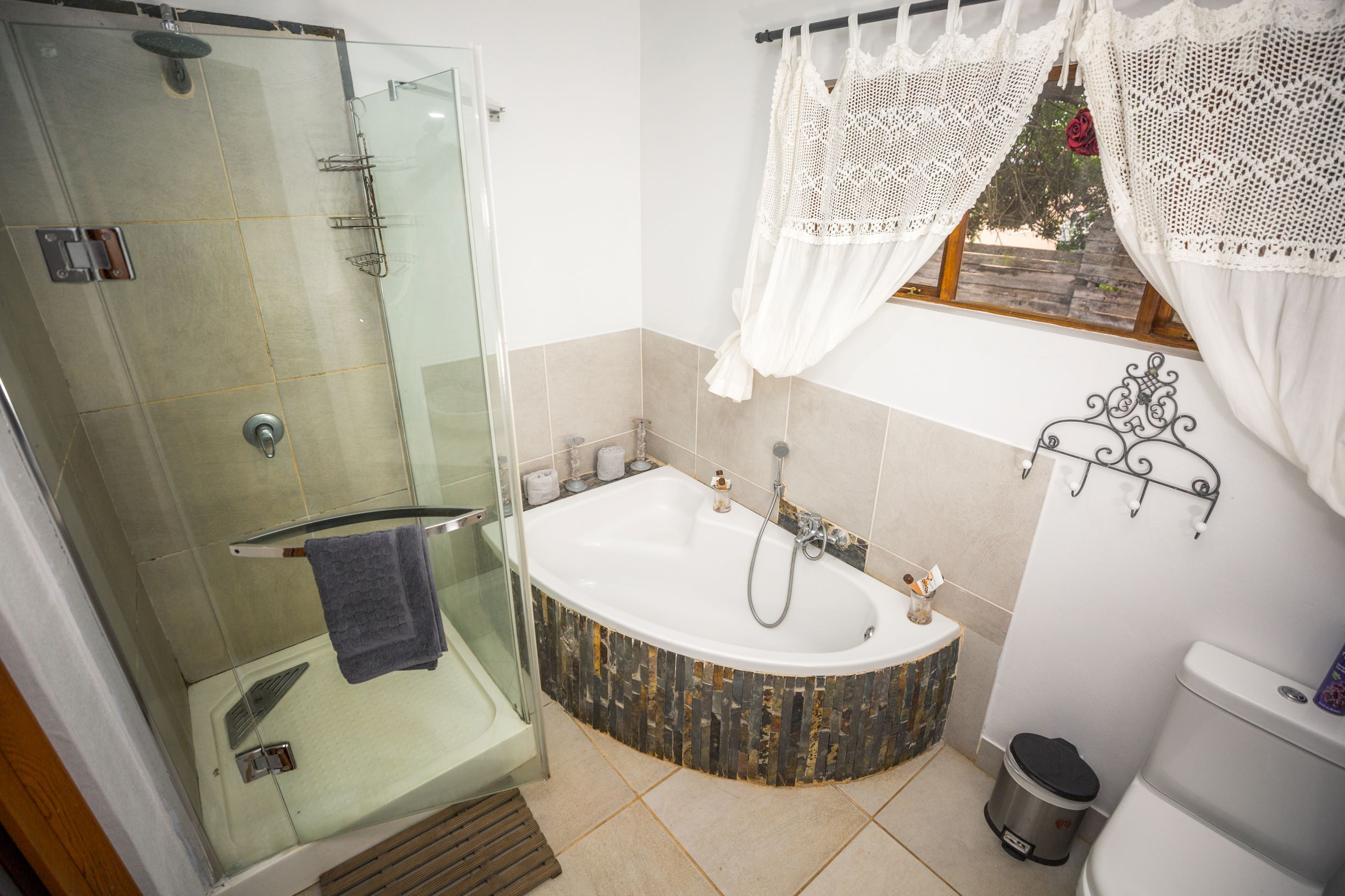 Hlulala Guest Lodge - superior room bathroom