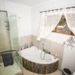 Hluhluwe Guest Lodge - superior room bathroom